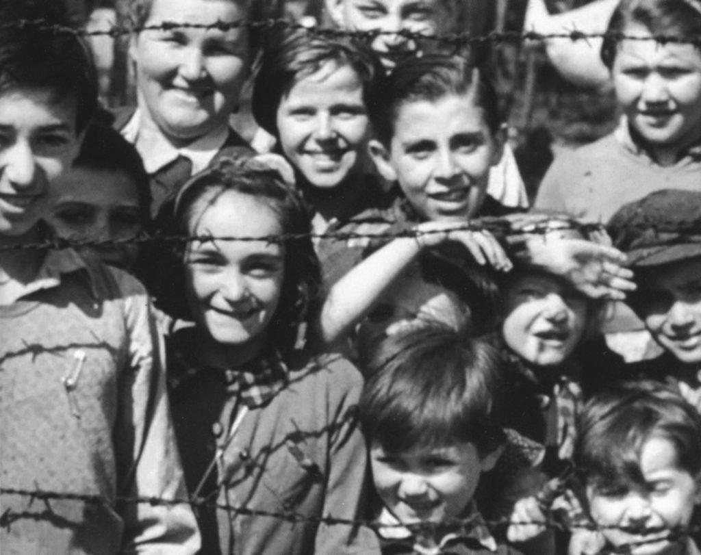 Nederlandse kinderen met Luba. Bergen-Belsen, 15 april 1945.