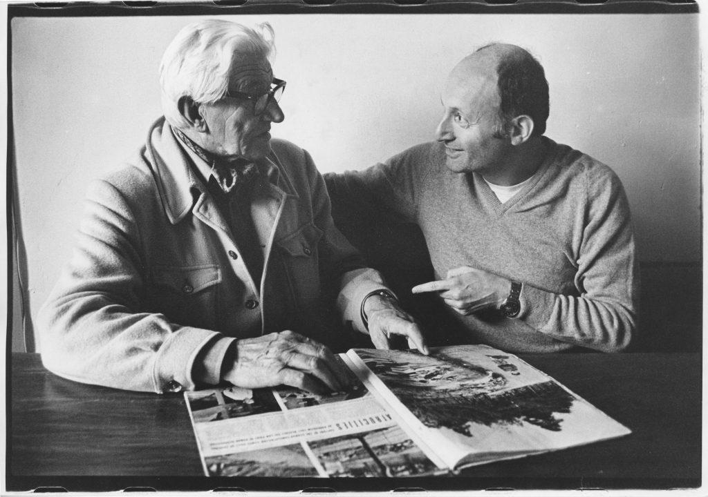 George Rodger (links) en Sieg (rechts) bekijken de fotoreportage in Life Magazine (1981).