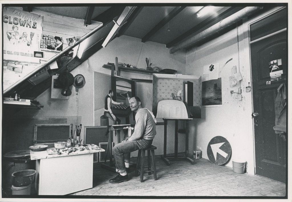 Foto van Sieg in zijn atelier op de vierde verdieping in de Pieter de Hoochstraat in Amsterdam.