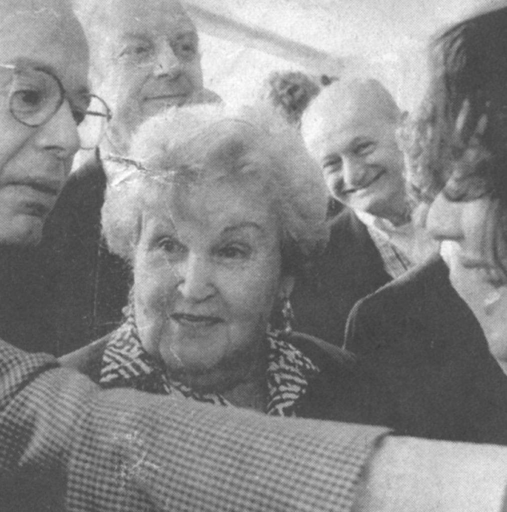 Sieg staat breed glimlachend achter Luba op een foto in de Volkskrant: 18 april 1995.