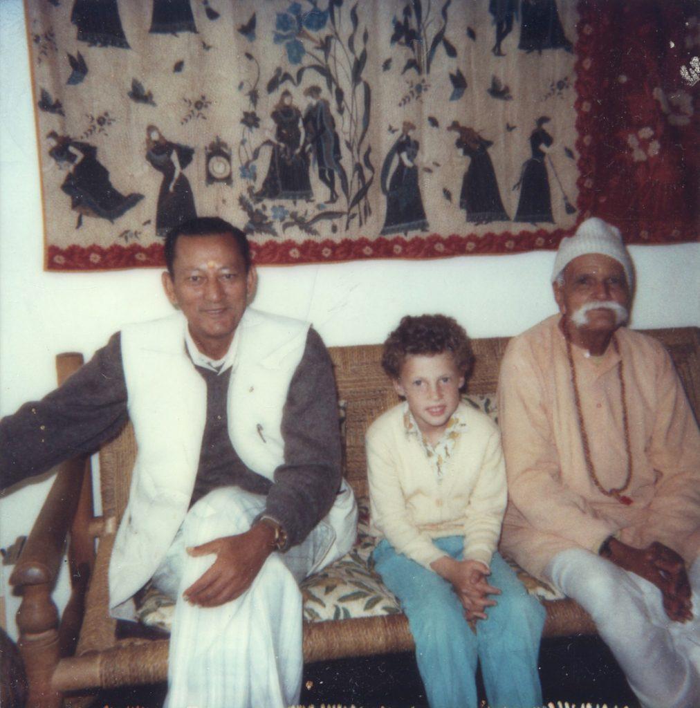 Simon met bezoekers van de Babaji Ashram in Haidakan, India.