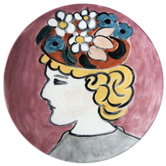 Vrouw met bloemenhoed (Koppen serie). 1993. Keramiek. Ø 33 cm.